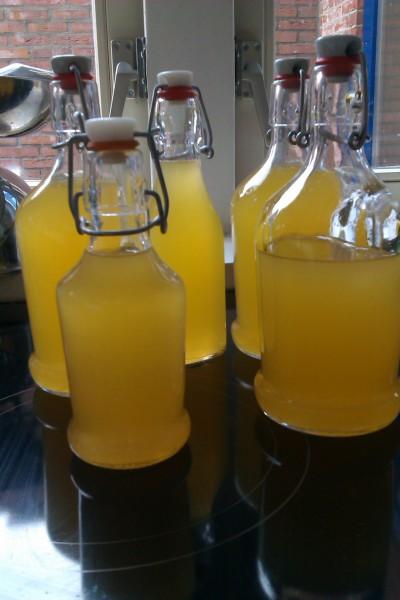 Zeef de limoncello en bottel hem in kleine flesjes.